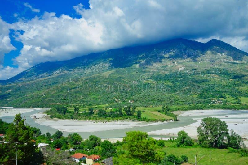 Het landschap van Albanië; Bergen, Rivier en Bos stock foto's
