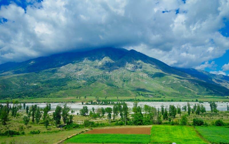 Het landschap van Albanië; Bergen, Rivier en Bos stock fotografie