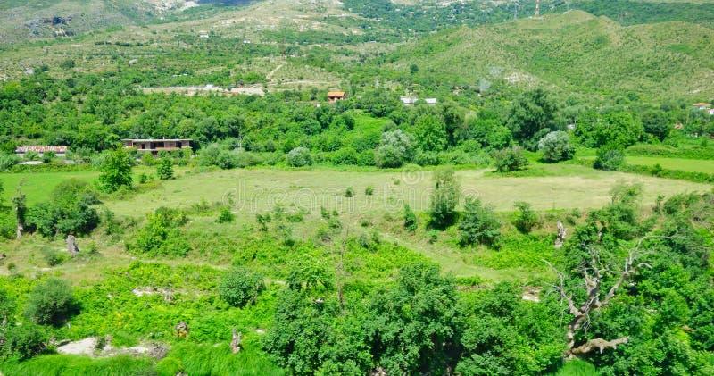 Het landschap van Albanië; Weelderig Groen landbouwgrond en Bos stock foto