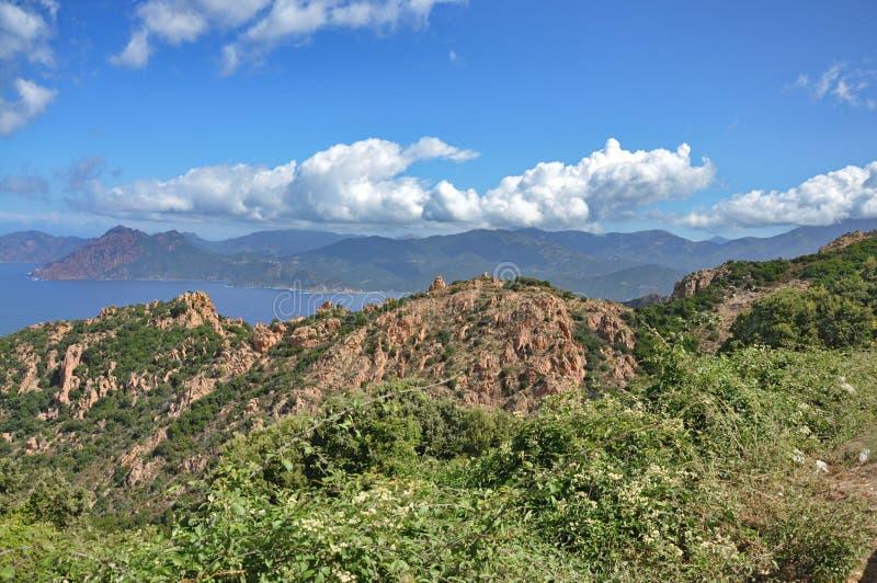Het landschap van Corsica met overzees, kust en bergen stock afbeelding