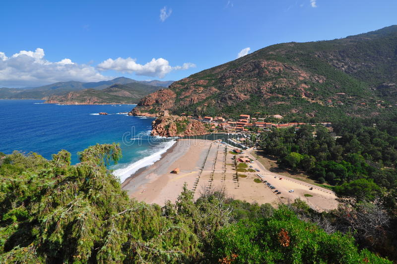 Het landschap van Corsica met overzees, strand, vegetatie, kust en bergen stock fotografie