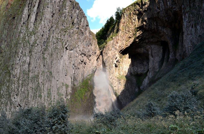 Het landschap van de aard Weergeven van de waterval in de bergen van de Noord-Kaukasus stock afbeelding