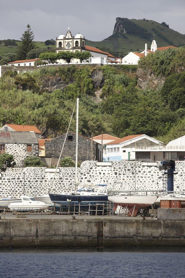 Het landschap van de Azoren in Lajes das Flores met zeilboten en kerk stock afbeelding
