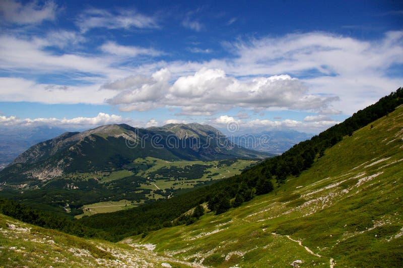 Download Het landschap van de berg stock afbeelding. Afbeelding bestaande uit hemel - 29502189