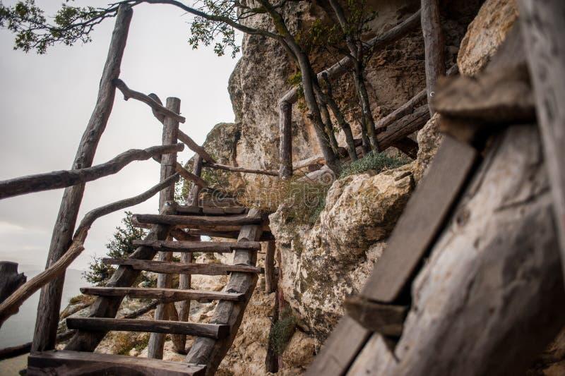 Het landschap van de berg Donkere wolken Groene vallei royalty-vrije stock foto's