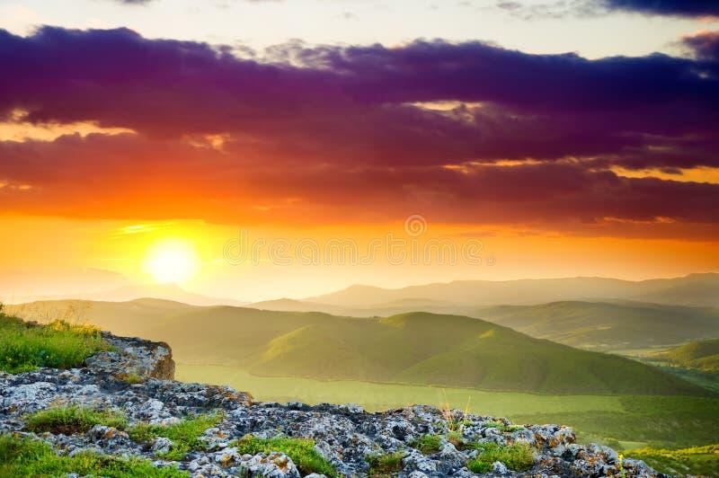 Het landschap van de berg op zonsondergang. stock afbeelding