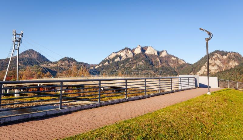 Het landschap van de berg Pieniny, Drie Kronenpiek op de Dunajec-Rivier en de de grensbrug van Slowakije en van Polen stock afbeelding