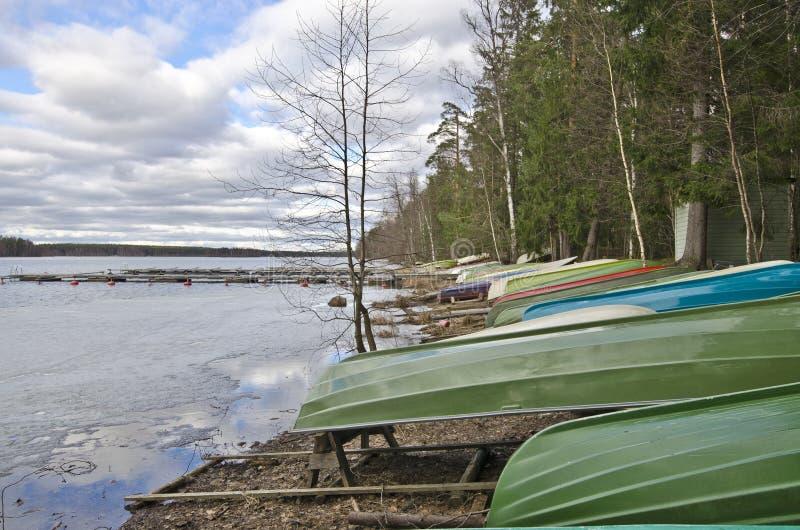 Het landschap van de bootpost in de grens van Saaksjarvi-Meer in Finla royalty-vrije stock foto's