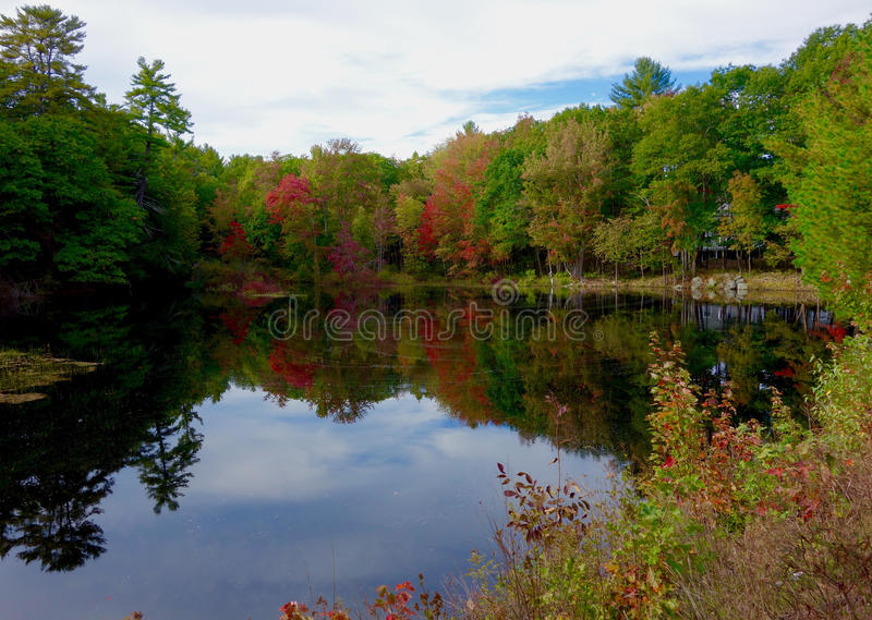 Het landschap van de de herfstdaling op een meer royalty-vrije stock foto