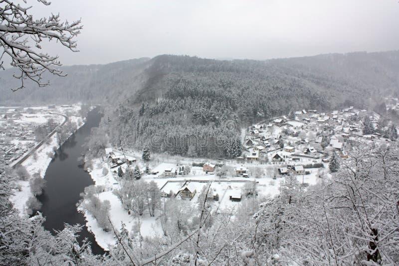 Het Landschap van de de winterrivier door Sneeuw, Tsjechische Republiek, Europa wordt behandeld dat stock fotografie