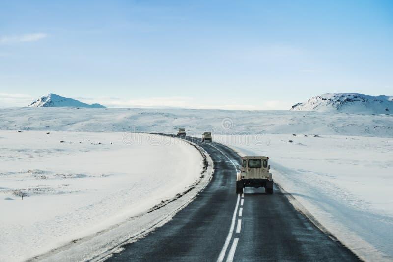 Het landschap van de de winterweg, met auto's het drijven op weg in IJsland royalty-vrije stock foto's