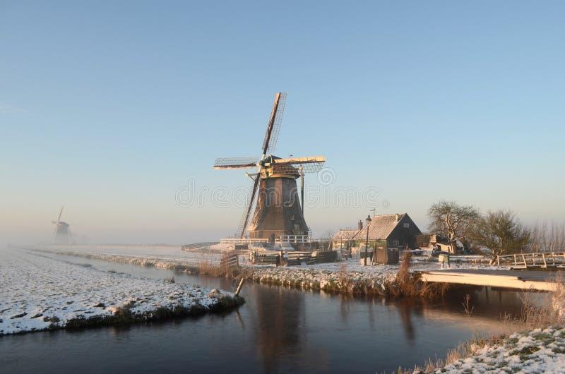 Het landschap van de de winterwindmolen in Holland royalty-vrije stock afbeeldingen