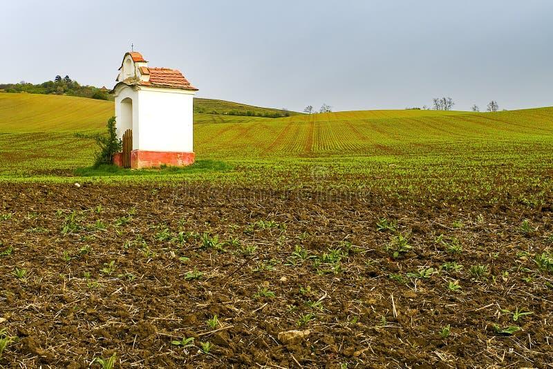 Het landschap van de Fairytalelente met kapel op de gebieden Moravian Toscanië, Zuid-Moravië, Tsjechische Republiek, Europa royalty-vrije stock foto's
