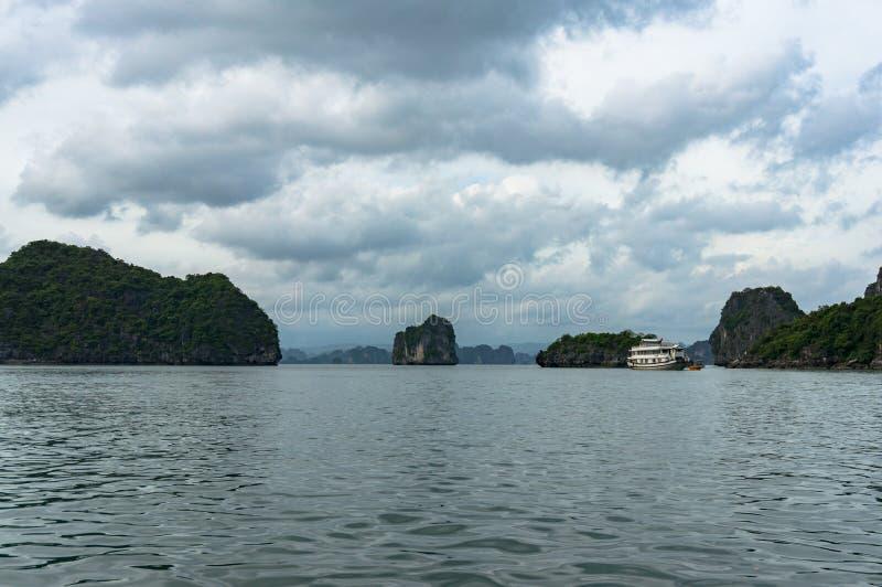 Het landschap van de Halongbaai met schilderachtige karst eilanden stock foto's