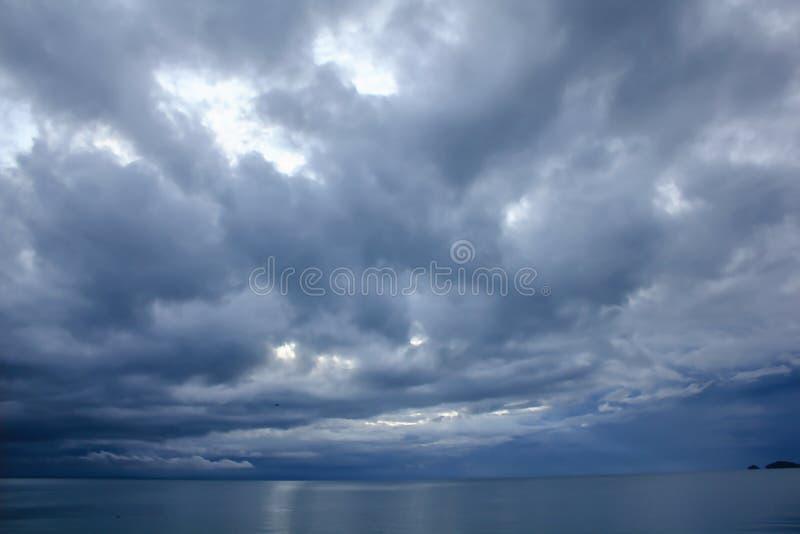 Het landschap van de hemel in het overzees van de regen stock foto