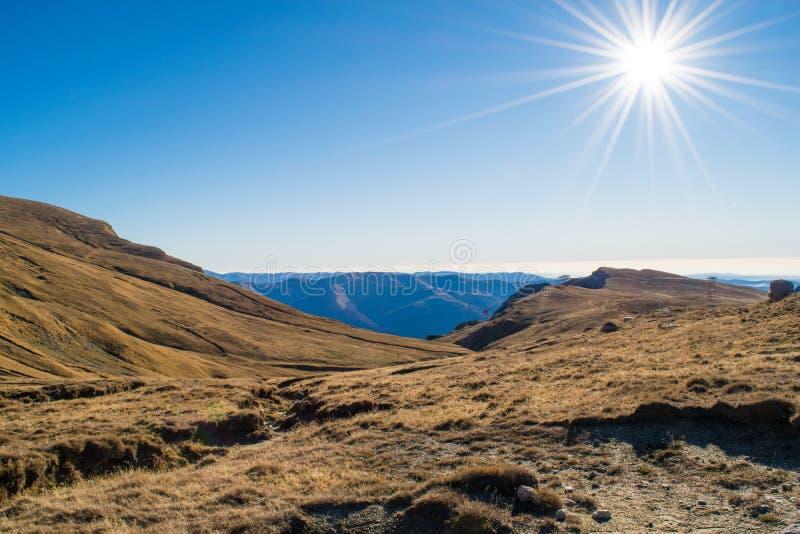 Het landschap van de de herfstberg bovenop Bucegi-plateau, Roemenië stock fotografie