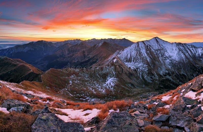 Het landschap van de herfsttatra van de bergzonsondergang, Slowakije stock afbeeldingen