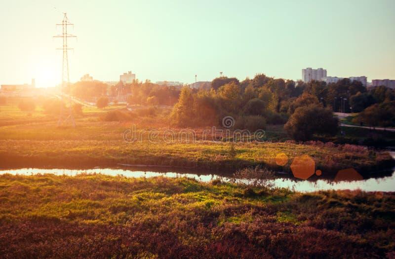 Het landschap van de de herfstzonsondergang met gele en groene bomen en rivier Dalingspark in Minsk, Wit-Rusland Duidelijk aardge royalty-vrije stock fotografie