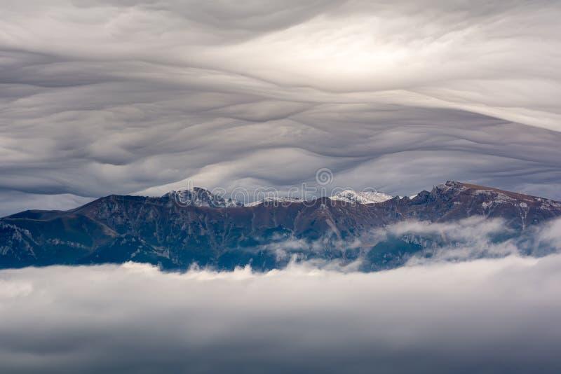Het landschap van de de herfstzonsopgang van Transsylvanië in Roemenië met mist en bergen stock foto