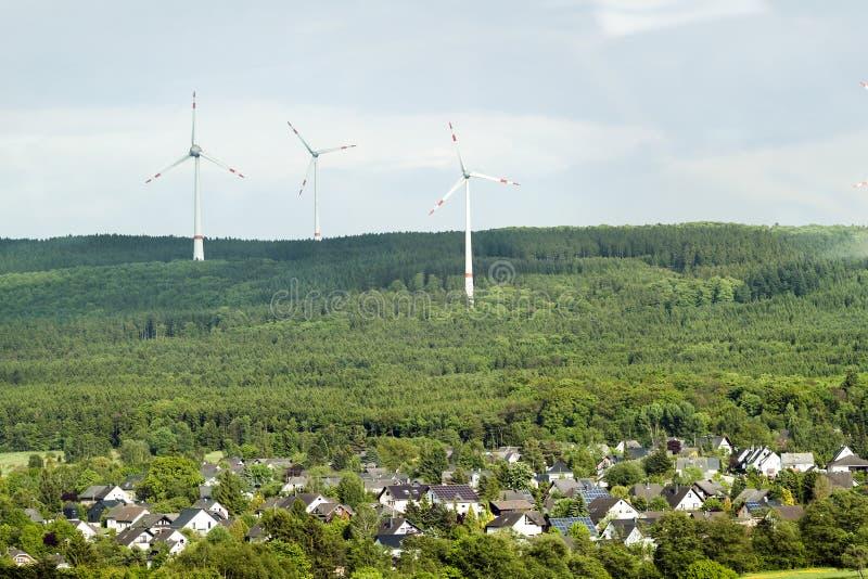 Het landschap van de de hernieuwbare energiebronzomer van de windturbine met duidelijk stock foto's