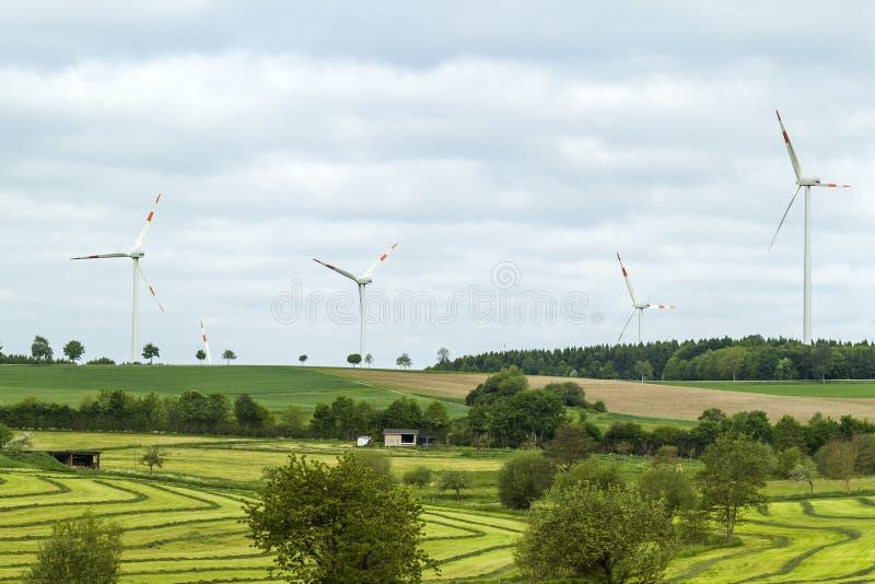 Het landschap van de de hernieuwbare energiebronzomer van de windturbine met duidelijk stock afbeeldingen