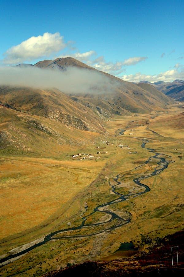 Het landschap van de het hooglandrivier van Tibet stock afbeelding