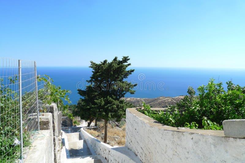 Het landschap van de heuvel van het eiland Rhodos in Griekenland, de natuur is prachtig, de zee en de lucht zijn voortreffelijk royalty-vrije stock afbeelding