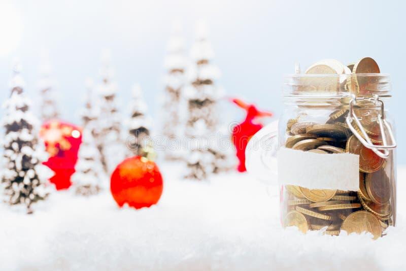 Het landschap van de Kerstmisdecoratie met geldkruik stock afbeeldingen