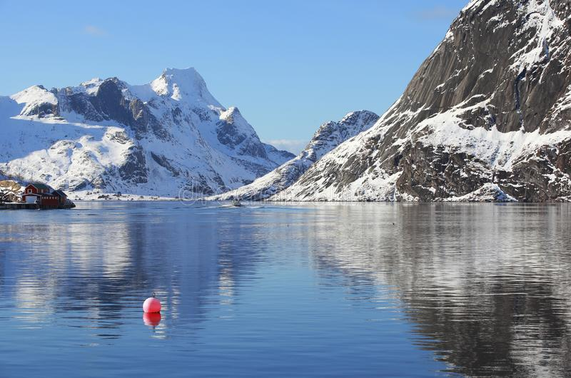 Het landschap van de landschapswinter met rode boei in het visserijdorp van Reine, Lofoten, Noorwegen, boven de noordpoolcirkel stock foto