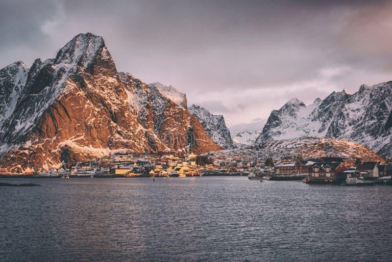 Het landschap van de landschapswinter, Reine-visserijdorp bij zonsopgang, Lofoten-Eilanden, Noordelijk Noorwegen royalty-vrije stock afbeeldingen