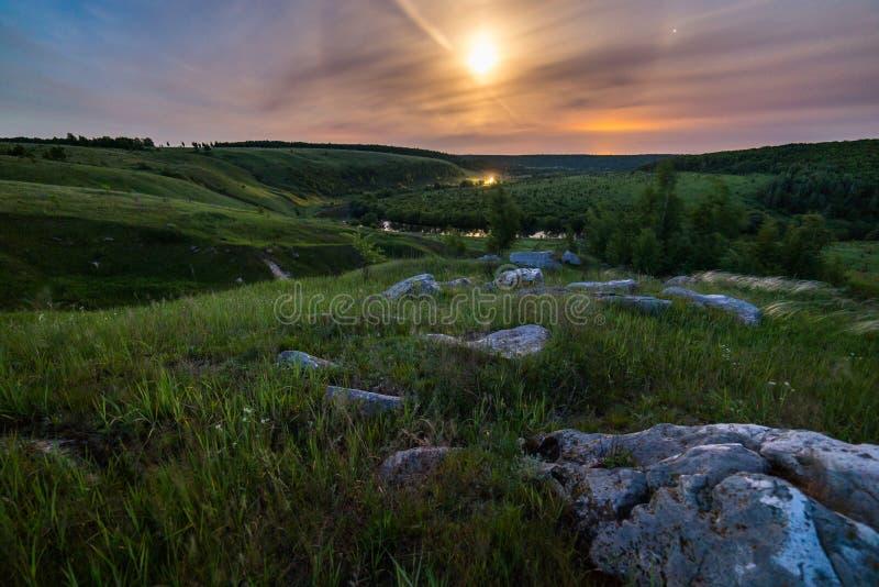 Het landschap van de de maanhalo van nachtstenen stock foto