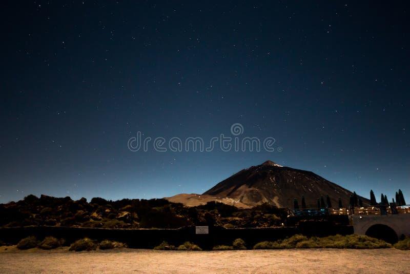 Het Landschap van de nachthemel bij vulkaan Teide in Tenerife royalty-vrije stock afbeeldingen