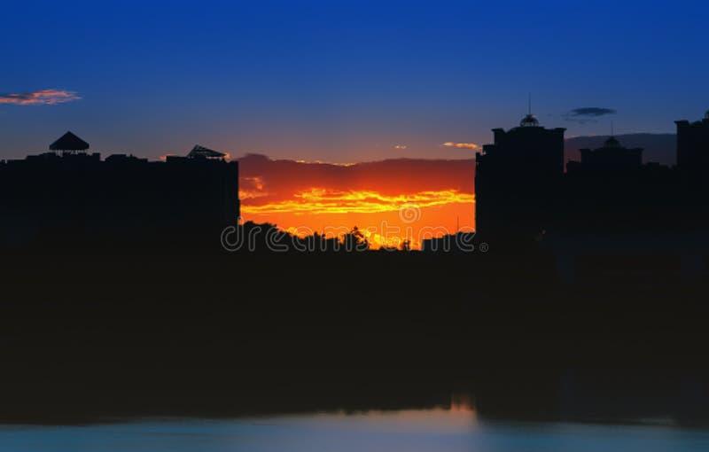 Het Landschap van de nachtstad bij Zonsondergang stock foto's