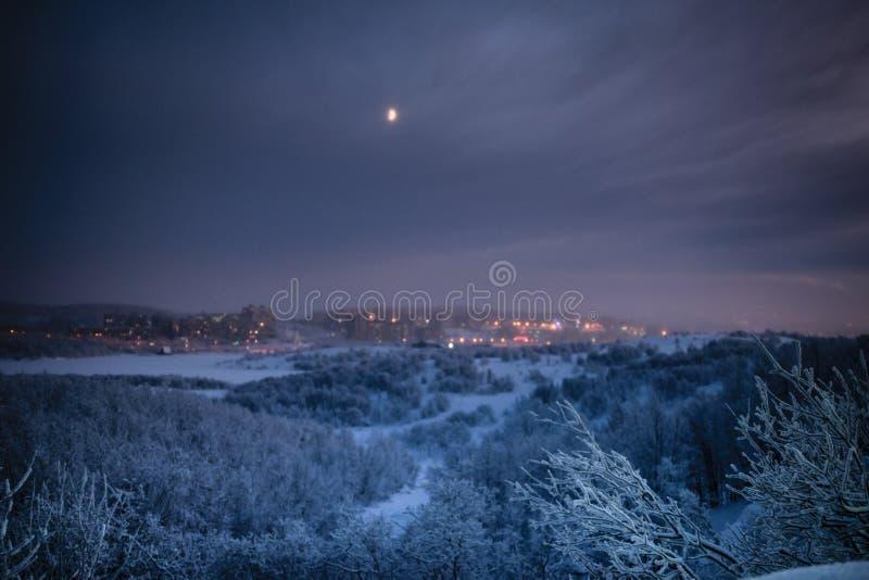 Het landschap van de nachtwinter van Moermansk, Rusland stock foto