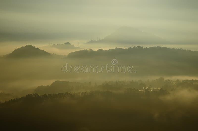 Het landschap van de ochtendmist stock afbeelding