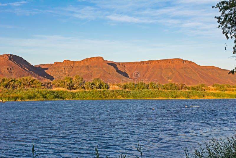 Het landschap van de Oranje en de Namibische bergen stock foto's