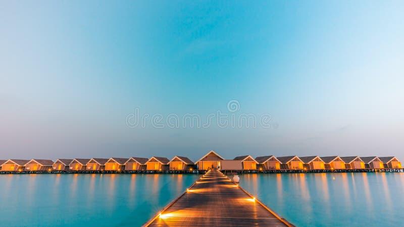 Het landschap van de panoramazonsondergang in de Maldiven Mooie schemeringhemel en kleurrijke wolken Mooie strandachtergrond voor royalty-vrije stock afbeeldingen