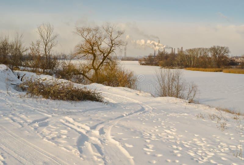 Het landschap van de recente middagwinter met bevroren rivier stock afbeeldingen