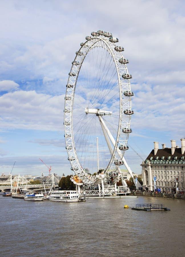 Het landschap van de rivier van Theems en reuzeferris rijden London Eye in de stad het Verenigd Koninkrijk van Londen royalty-vrije stock afbeelding