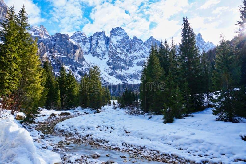 Het landschap van de de rivierwinter van de sneeuwberg stock afbeelding