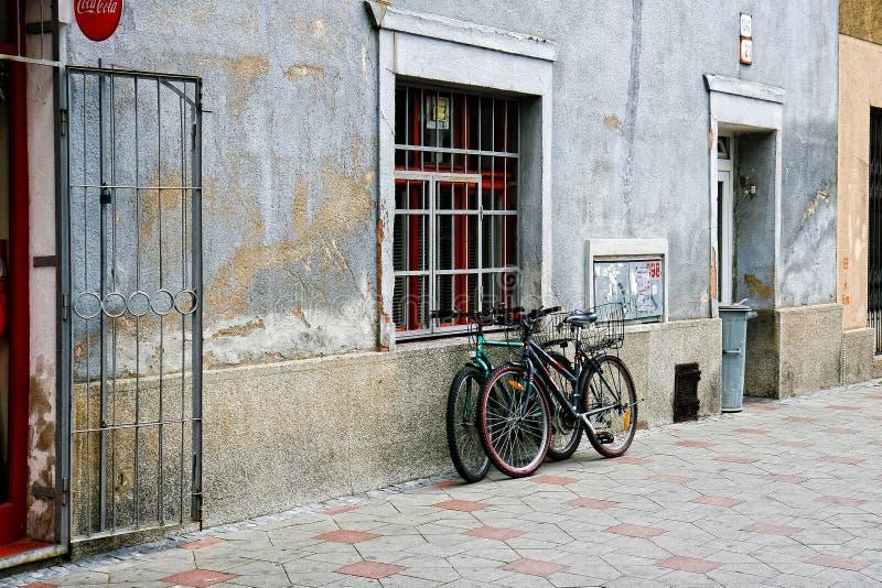 Het landschap van de de stadsstraat van Lublin, wordt twee fietsen gevestigd dichtbij de muur, geen mensen in de straat royalty-vrije stock afbeeldingen