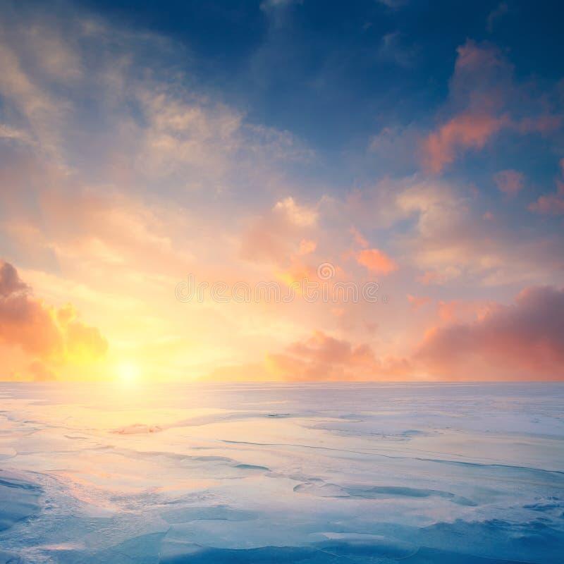 Het landschap van de winter Bevroren overzees en fantastische zonsondergang royalty-vrije stock foto