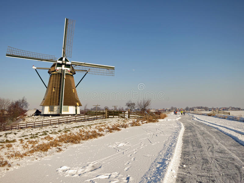 Het landschap van de winter met bevroren kanalen in Holland stock afbeelding