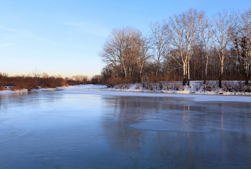 Het landschap van de winter met bevroren rivier stock afbeelding