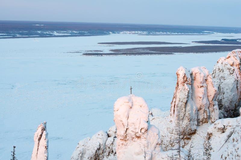 Het landschap van de winterbergen met Steenpijlers royalty-vrije stock afbeelding