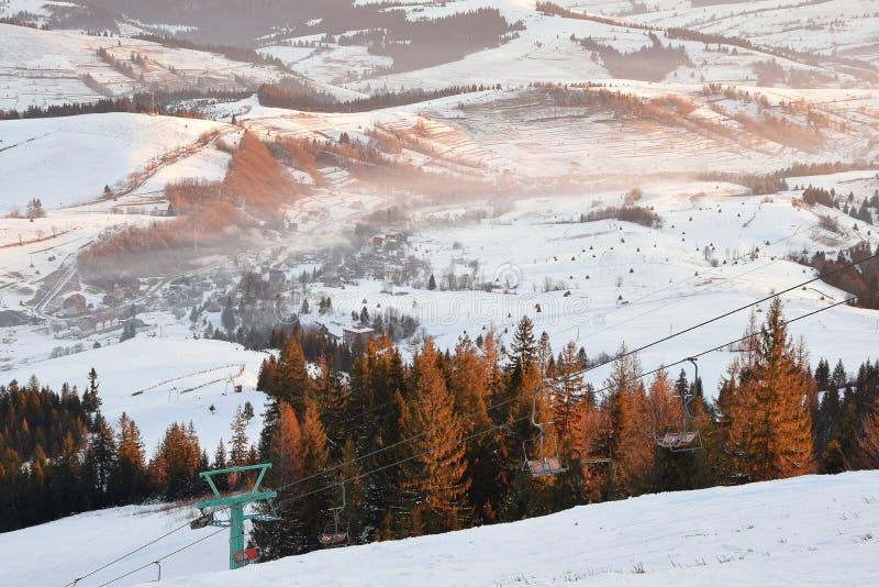 Het landschap van de winterbergen op zonsopganglicht royalty-vrije stock foto's