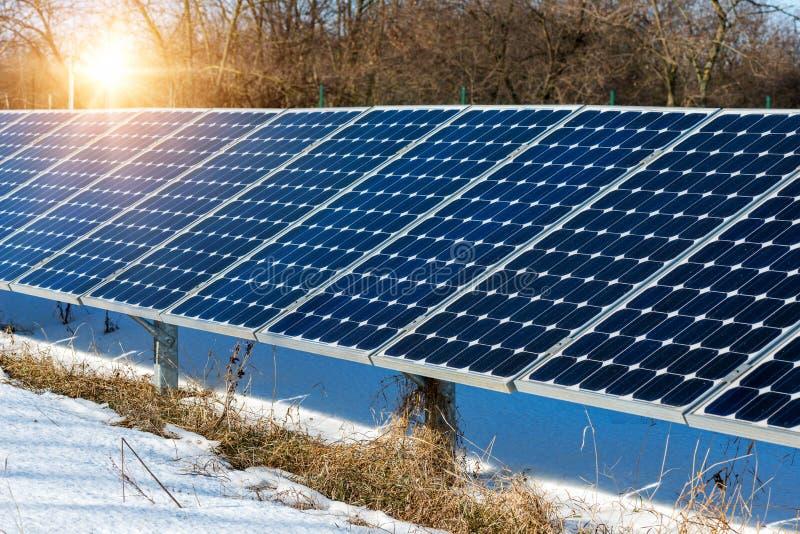 Het landschap van de de wintersneeuw van zonnepaneel, photovoltaic, alternatieve elektriciteitsbron royalty-vrije stock foto's
