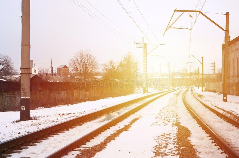 Het landschap van de de winterspoorweg De nieuwste apparatuur van olieraffinage De spoorweg tussen stock afbeeldingen