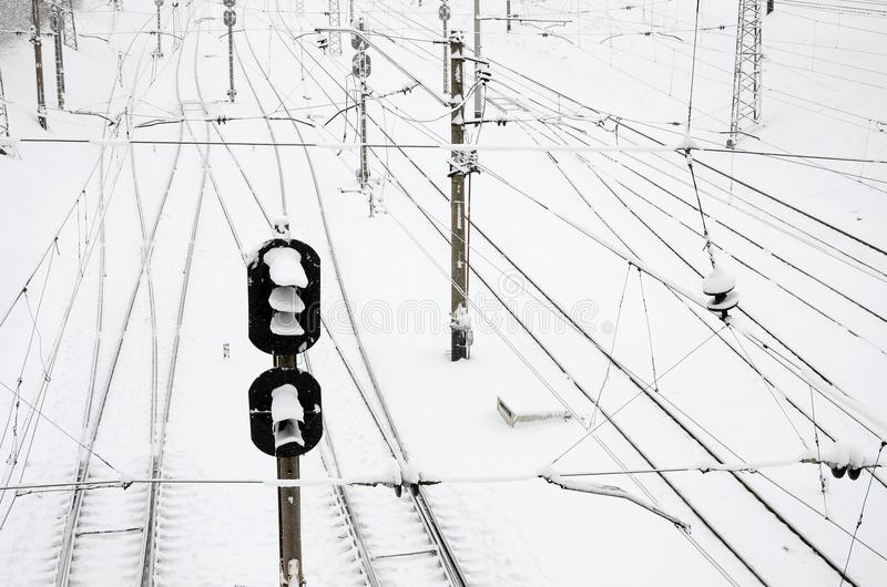 Het landschap van de de winterspoorweg, Spoorwegsporen in het snow-covered industrieland stock afbeeldingen