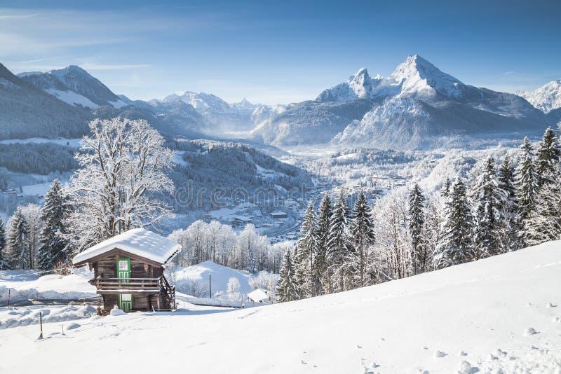 Het landschap van het de wintersprookjesland in de Alpen met traditionele berg stock fotografie